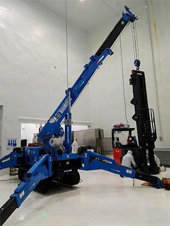 maeda_mini_crane_machine_moving-high-tech_hydroponic_centre