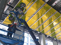 Mini crane glass manipulator up to overhead lift challenge